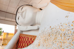 Vila Buddhastatyn i tempel royaltyfria foton
