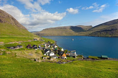 Vila cercada pela natureza de Faroe Island Imagens de Stock Royalty Free