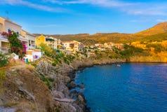 Vila colorida de Assos em Kefalonia Grécia imagem de stock royalty free