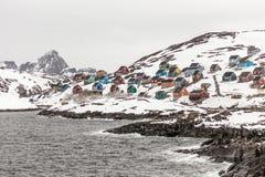 Vila colorida de Kangamiut na maneira ao círculo polar Fotografia de Stock