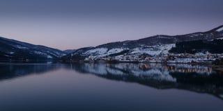 Vila da beira do lago Imagens de Stock Royalty Free