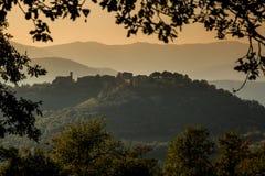 Vila da cume de Preggio nos montes de Úmbria Fotos de Stock