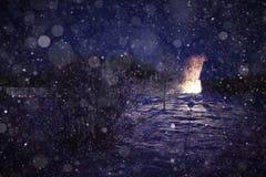 Vila da paisagem da noite do inverno foto de stock royalty free