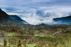Vila da paisagem, montanhas e céu azul Foto de Stock Royalty Free