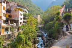 Vila das águas Calientes e do Peru homônimo do rio fotografia de stock