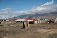 Vila de Altai no deserto e céu com as nuvens no verão Imagens de Stock Royalty Free