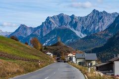 A vila de Ardez, Graubunden em Suíça fotografia de stock
