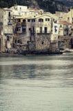 Vila de beira-mar do beira-mar de Cefalu em Sicília Italy Fotografia de Stock