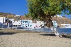 Vila de beira-mar em um golfo pitoresco na ilha de Kythnos, Cyclades, Grécia imagens de stock