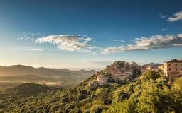 A vila de Belgodere em Córsega iluminou-se pelo sol do fim da tarde imagem de stock royalty free