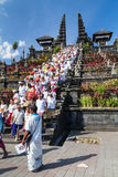Vila de Besakih, Bali/Indonésia - cerca do outubro de 2015: Os povos estão retornando de rezar no templo de Pura Besakih imagens de stock