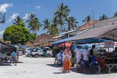 Vila de Besakih, Bali/Indonésia - cerca do outubro de 2015: Restaurante de borda da estrada no mercado da vila em Bali, Indonésia imagem de stock