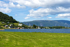 Vila de Brekke nas costas do Risnesfjorden imagem de stock