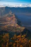 Vila de Cemoro Lawang na borda da cratera vulcânica maciça foto de stock royalty free