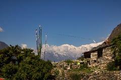 Vila de Chhekampar do vale de Tsum e das montanhas fotos de stock royalty free