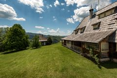 Vila de Ethno perto de Mokra Gora e de Zlatibor foto de stock royalty free