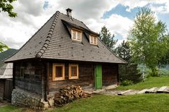 Vila de Ethno perto de Mokra Gora e de Zlatibor imagens de stock royalty free