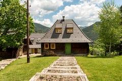 Vila de Ethno perto de Mokra Gora e de Zlatibor imagens de stock