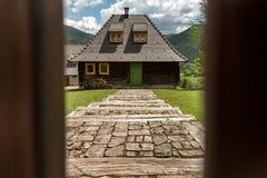 Vila de Ethno perto de Mokra Gora e de Zlatibor fotos de stock royalty free