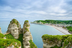 Vila de Etretat. Vista aérea do penhasco. Normandy, França. Fotos de Stock Royalty Free