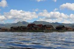 Vila de flutuação com nuvens Foto de Stock Royalty Free