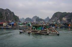 Vila de flutuação da baía longa do Ha Foto de Stock