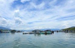 Vila de flutuação em uma baía em Nha Trang, Vietname Imagens de Stock Royalty Free