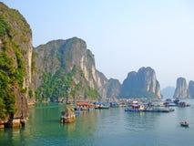Vila de flutuação na baía longa do Ha fotos de stock