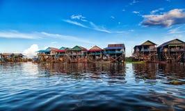 A vila de flutuação no komprongpok da água do LAK da seiva de Tonle Imagens de Stock Royalty Free