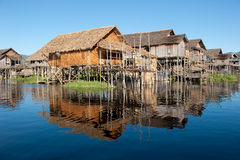 Vila de flutuação no lago Inle, Myanmar Fotografia de Stock Royalty Free