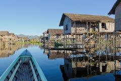 Vila de flutuação no lago Inle, Myanmar Fotografia de Stock