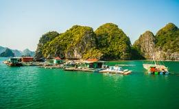 Vila de flutuação no louro de Halong, Vietnam imagem de stock royalty free
