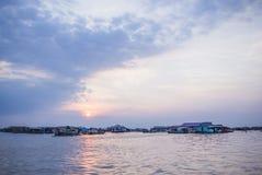 Vila de flutuação no por do sol, Chong Khneas, Camboja Fotografia de Stock
