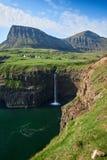 Vila de Gasadalur e cachoeira de Mulafossur, Ilhas Faroé imagens de stock royalty free