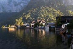 Vila de Hallstatt com casas da montanha Imagens de Stock Royalty Free
