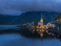 Vila de Hallstatt na noite, lago Hallstatt, Áustria, Europa fotos de stock