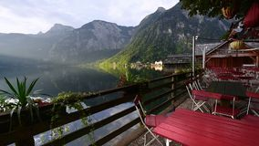 Vila de Hallstatt perto do lago em cumes austríacos, patrimônio mundial do UNESCO video estoque