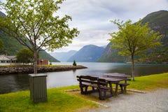 Vila de Hellesylt perto do fiorde de Geiranger, Noruega Imagens de Stock Royalty Free