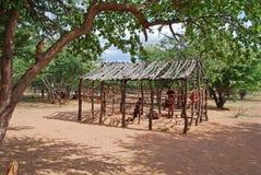 Vila de Himba com as cabanas tradicionais perto do parque nacional de Etosha em Namíbia Foto de Stock