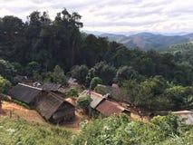 Vila de Hmong em Laos montanhoso norte imagem de stock