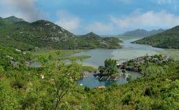 Vila de Karuc no lago Skadar Montenegro na pen?nsula de Balc?s fotos de stock royalty free