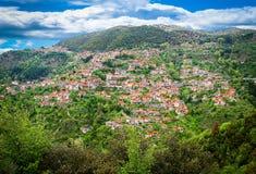 Vila de Lagadia situada em Peloponnese, Arcadia, Grécia foto de stock