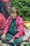 Vila de Lobesa, Punakha, Butão - 11 de setembro de 2016: Mulher adulta não identificada no mercado semanal dos fazendeiros Imagem de Stock Royalty Free