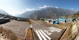 Vila de Lukla da vista panorâmica e aeroporto de Lukla, vale de Khumbu, Solukhumbu, área de Everest, Nepal fotos de stock