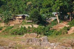Vila de madeira tradicional e agricultura no Mekong River em Laos Fotografia de Stock Royalty Free