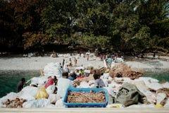 Vila de Melsisi, ilha do domingo de Pentecostes/Vanuatu - 9 DE JULHO DE 2016: bens offloading pequenos do barco de carga aos resi imagem de stock