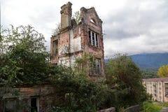 Vila de minera??o abandonada, destru?da durante a guerra Georgian-abc?sia em 1992 fotos de stock royalty free