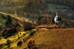 Vila de montanhas Carpathian selvagem de Romênia na paisagem do tempo do outono Foto de Stock Royalty Free