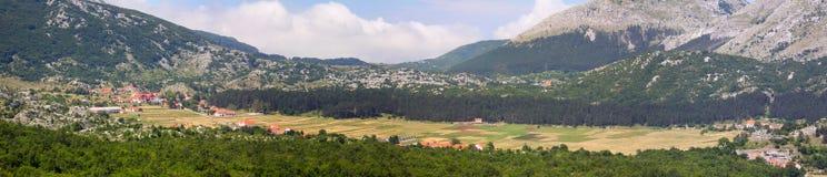 Vila de Negushi em um vale da montanha Foto de Stock