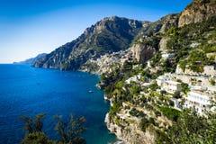 Vila de Nocelle na costa de Amalfi com o azul e o céu da água do mar da vista imagem de stock
